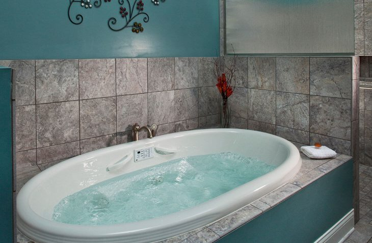 Whirlpool Tub in Camelot Suite