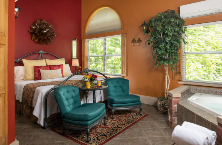 Romeo and Juliet Suite Bed and Jacuzzi Tub
